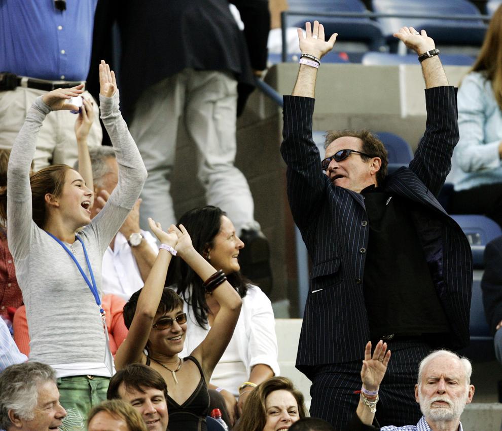 Robin Williams (D) reacţionează în timpul finalei US Open dintre Roger Federer şi Andre Agassi, la Flushing Meadows, New York, SUA, 11 septembrie 2005.