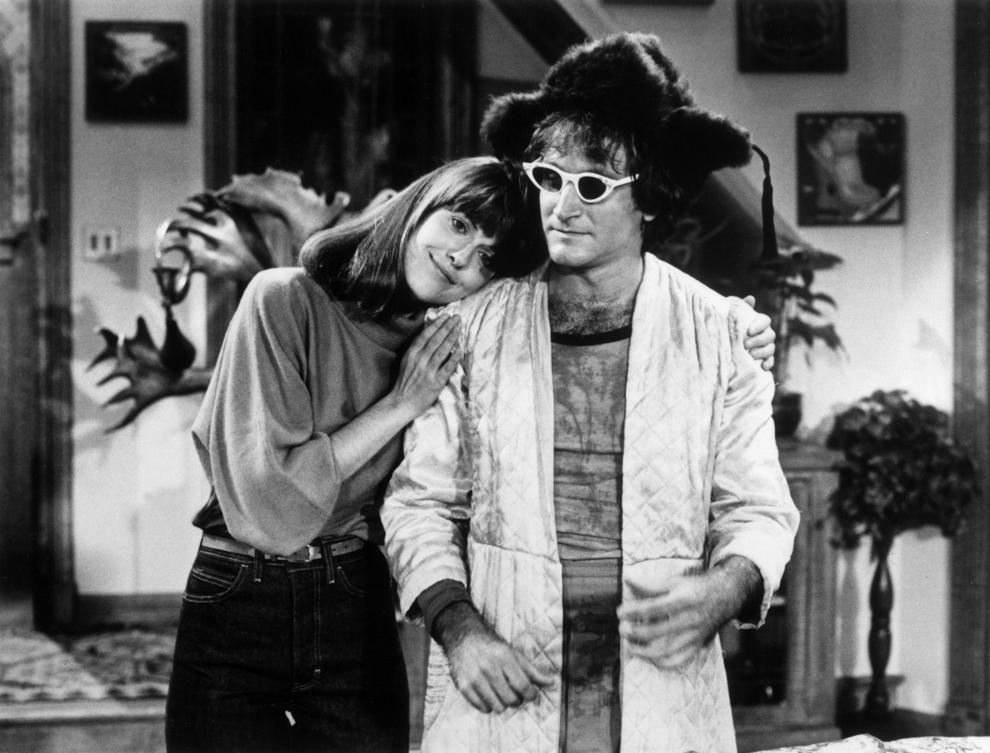 """Actorul şi comediantul Robin Williams este îmbrăţişat de Pam Dawber în timpul filmărilor serialului de televiziune """"Mark and Mindi"""", 1979."""