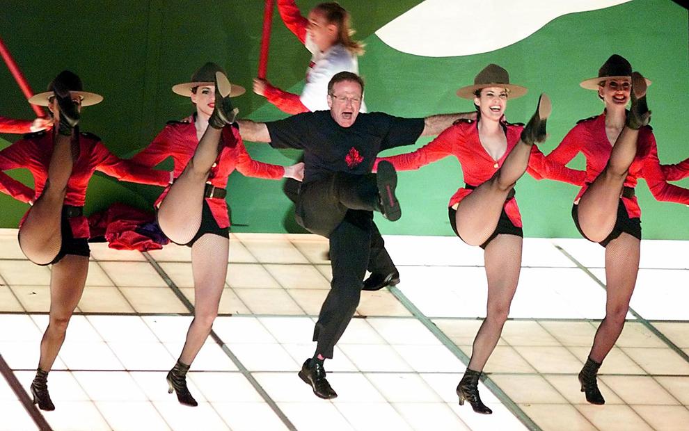"""Robin Williams dansează pe melodia """"Blame Canada"""", nominalizată pentru """"Cel mai bun cântec original"""", în timpul celei de-a 72-a ediţii a Academy Awards, în Los Angeles, SUA, 26 martie 2000."""