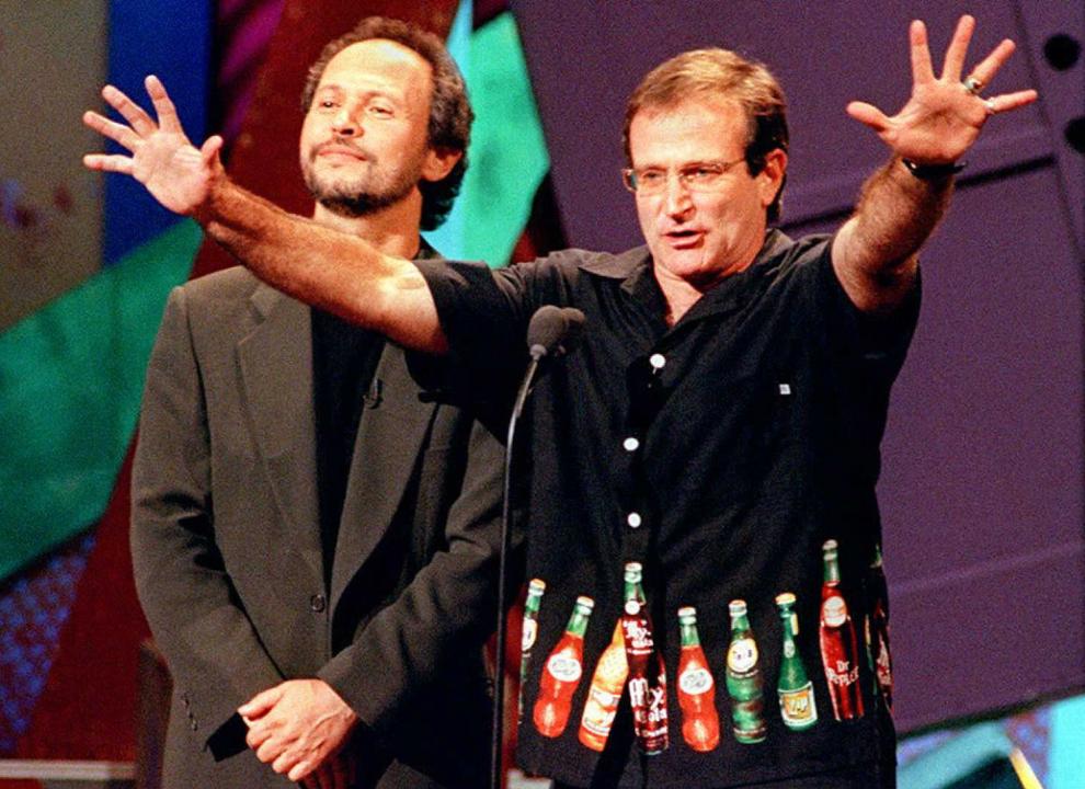 """Gazdele evenimentului HBO """"Comic Relief VII"""", Billy Crystal (S) şi Robin Williams (D) strâng bani pentru persoanele fără adăpost, în California, SUA, 11 noiembrie  1995."""