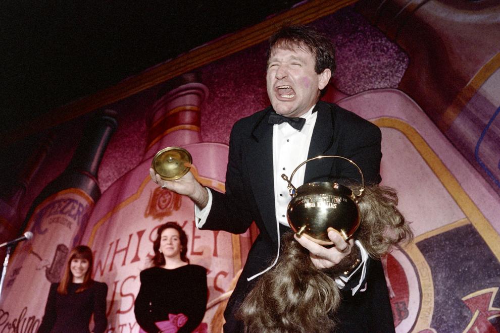 """Actorul american Robin Williams se bucură după câştigarea cupei """"Hasty Pudding"""" după ce a fost ales Omul anului 1989 de către societatea """"Hasty Pudding Theatrical"""", la facultatea Harvard din Cambridge, SUA, 21 februarie 1989."""