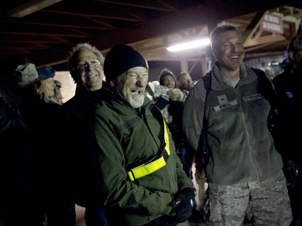 """Actorul american Robin Williams (C) alături de Lewis Black (S) reacţionează în culise în timpul unei reprezentaţii """"Holiday Troop Visit"""", pe aeroportul din Kandahar, Afganistan, 16 decembrie 2010."""