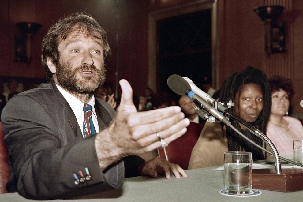 """Actorul american Robin Williams (S) alături de Whoopi Goldberg (D), vorbeşte în timpul unei audieri privind legea """"Homelessness Prevention and Revitalization Act of 1990"""" în faţa comisiei din Senat, în Washington, SUA, 9 mai 1990."""