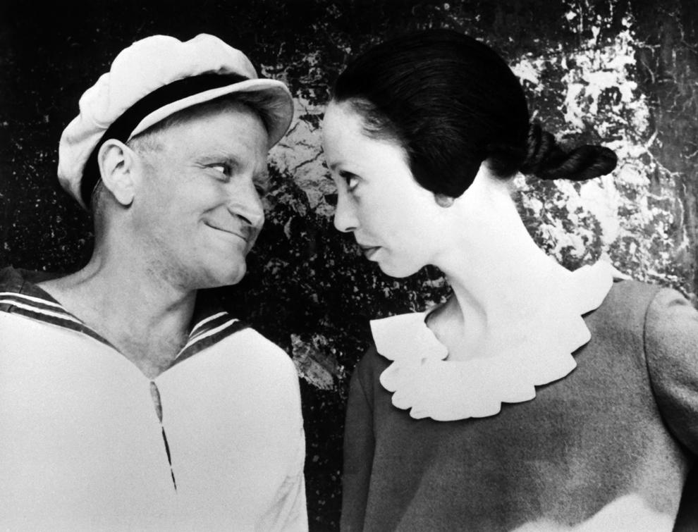 """Captura video din filmul """"Popeye"""": Robin Williams (S) şi Shelley Duvall (D) joacă în comedia muzicală """"Popeye"""" pe platourile de filmare din Malta, decembrie 1981."""