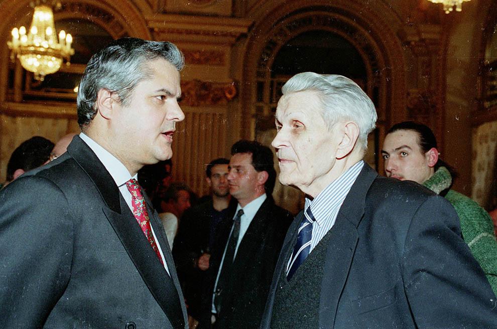 Adrian Năstase discuta cu Corneliu Coposu in cadrul unei reuniuni,in  Bucureşti.