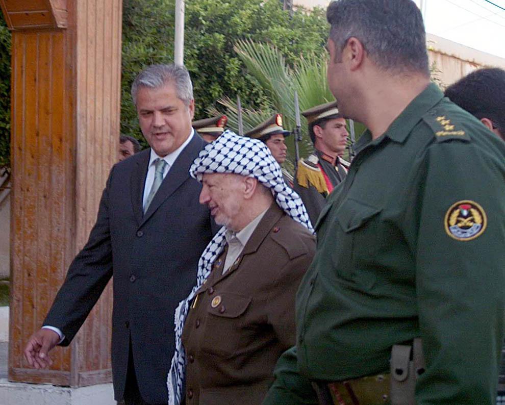 Premierul Adrian Năstase discută cu liderul palestinian Yasser Arafat, în Gaza, Palestina, miercuri, 18 iulie 2001.