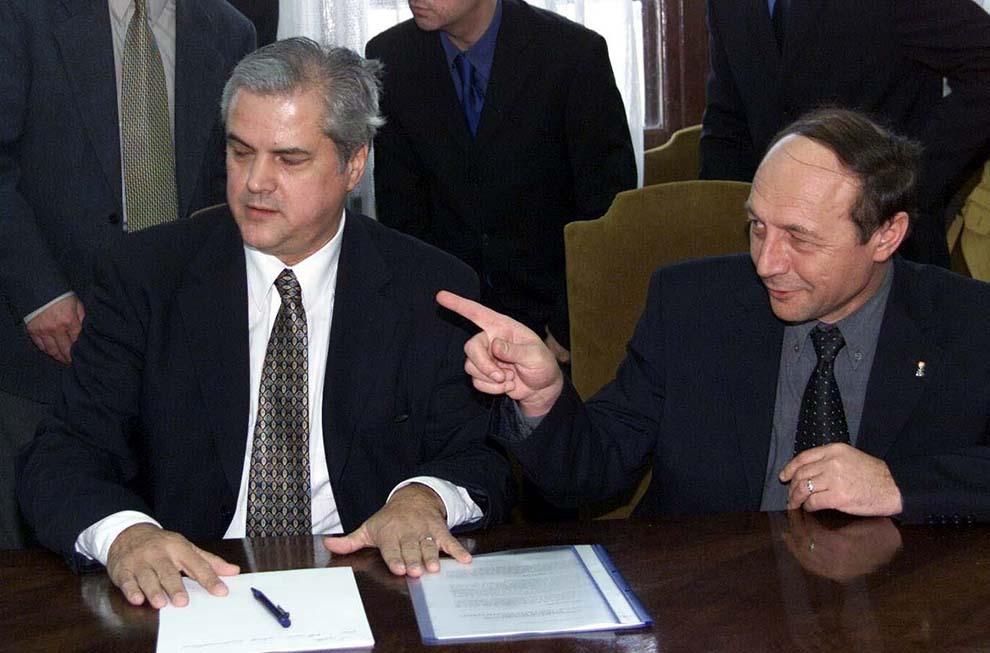 Adrian Năstase şi Traian Băsescu susţin o conferinţă de presă, la sediul Primăriei Capitalei, miercuri, 21 martie 2001.