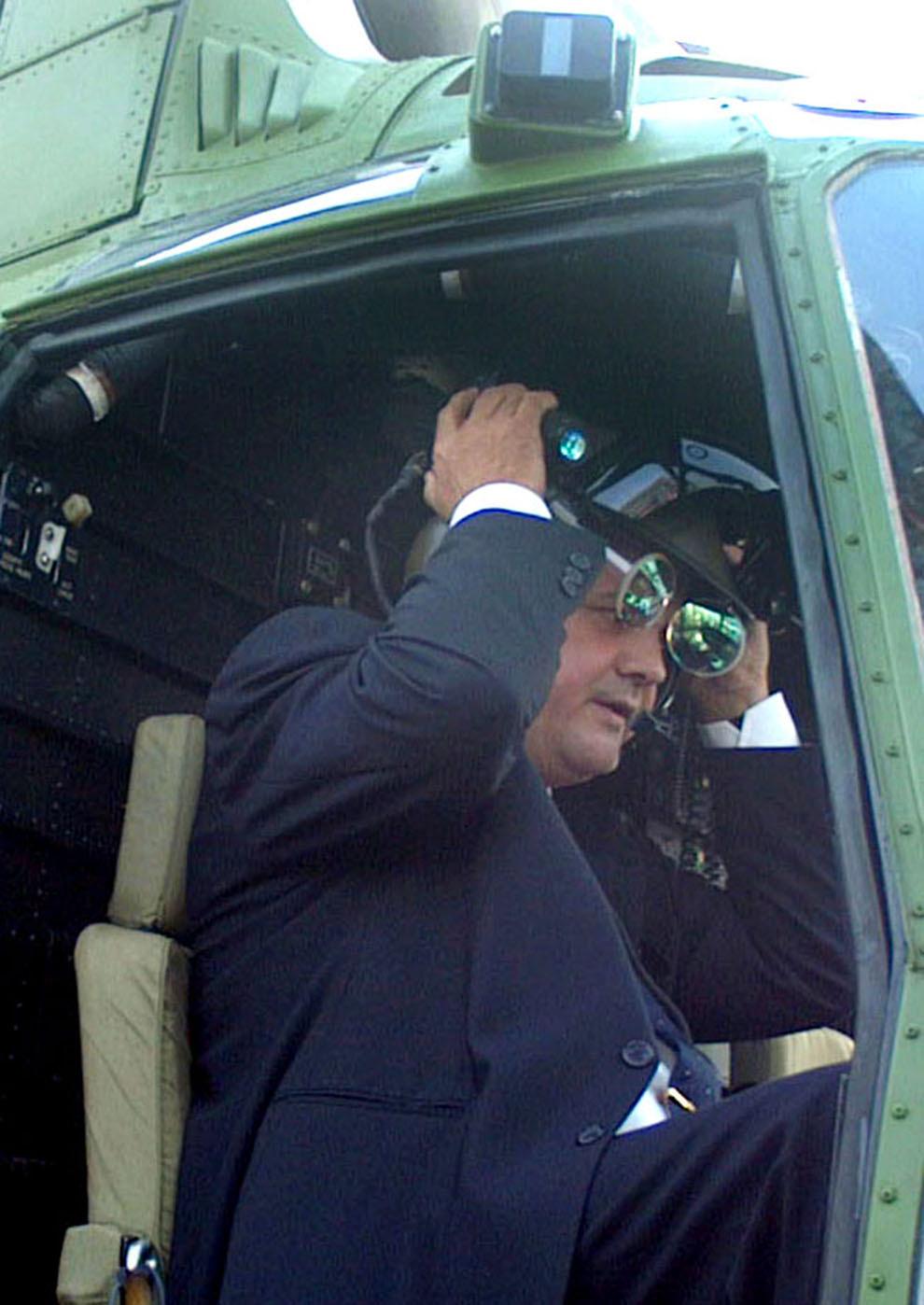 Premierul Adrian Năstase urcă într-un elicopter, în timpul vizitei la expoziţia de tehnică militară Expomil 2001, în Bucureşti, marţi, 13 noiembrie 2001.