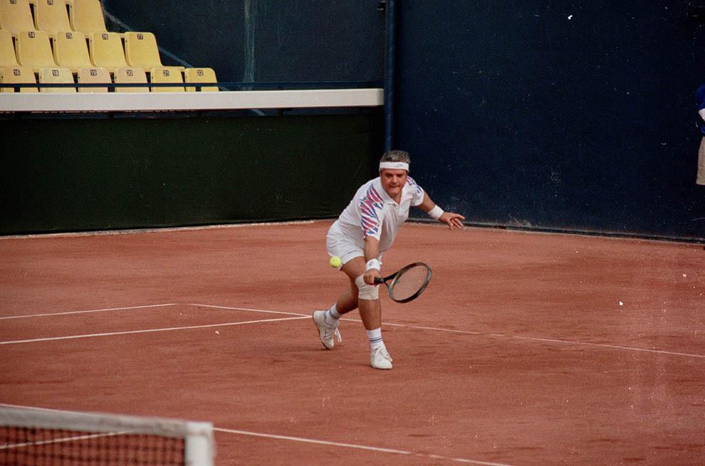 Adrian Năstase joacă tenis, în Bucureşti, joi, 14 septembrie 1995