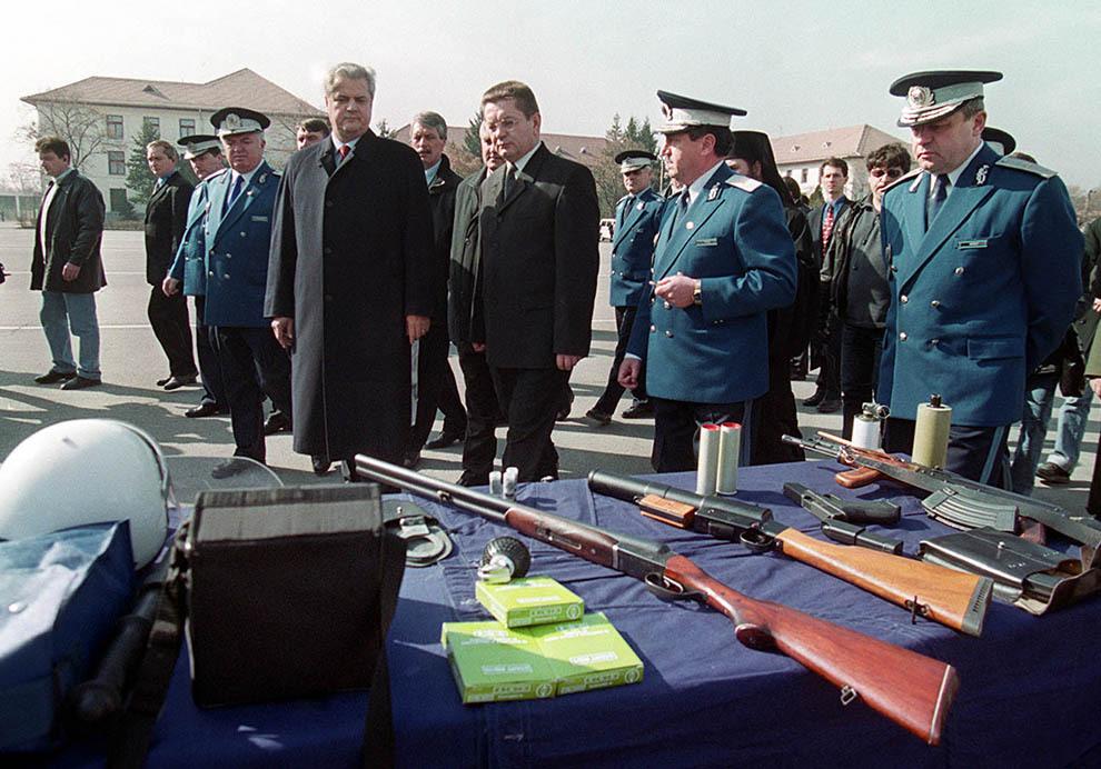 Adrian Năstase şi Ioan Rus participă la ceremonia militară în cadrul căreia a avut loc apelul solemn al personalului Detaşamentului de jandarmi români pentru Kosovo şi prezentarea tehnicii din dotare, Bucureşti, luni, 18 februarie 2002.