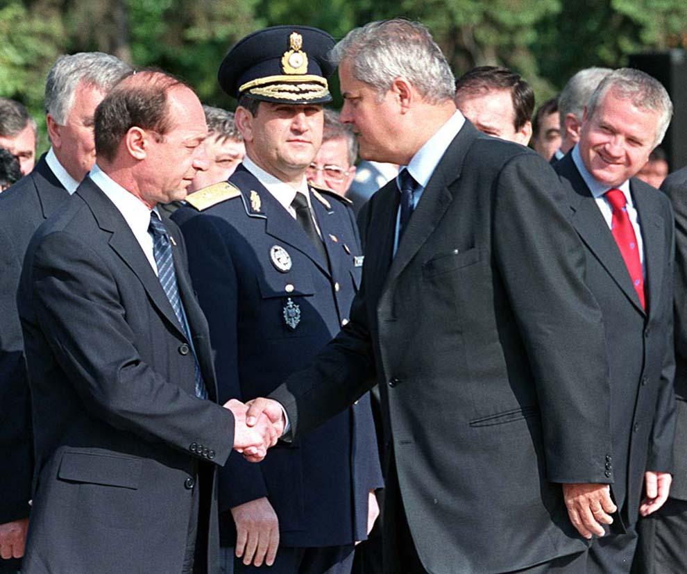Traian Băsescu şi Adrian Năstase dau mână, în timpul ceremoniei depunerii de coroane de flori la Mormântul Ostaşului Necunoscut, cu ocazia împlinirii a 125 de ani de la proclamarea Independenţei României, în Bucureşti, joi, 9 mai 2002.