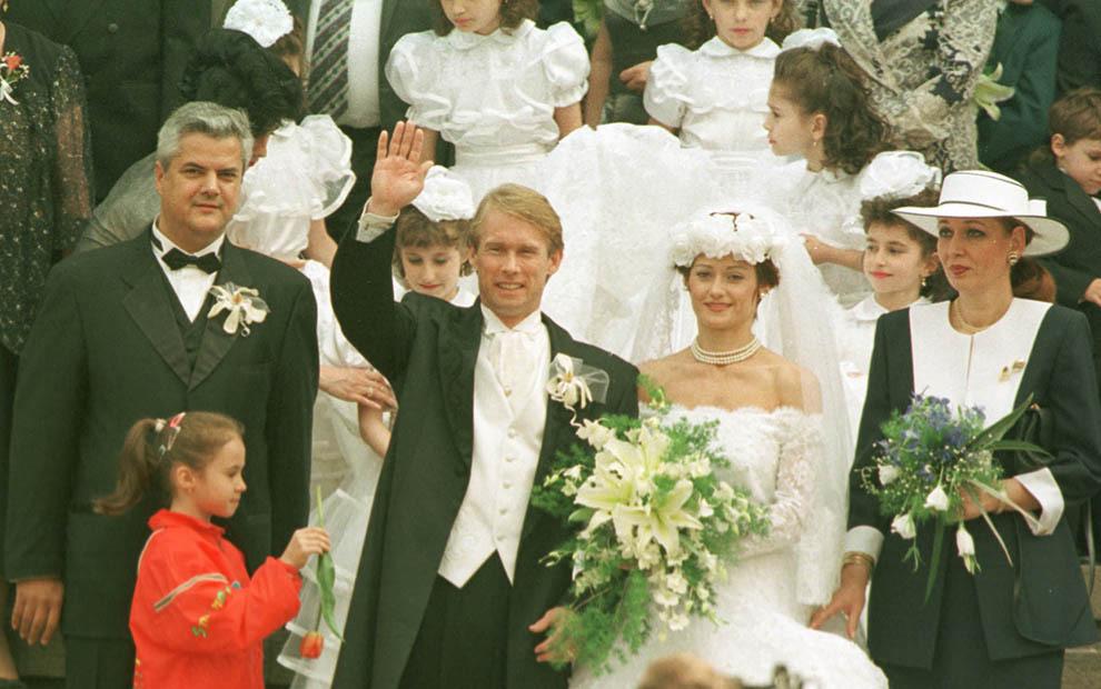 Nadia Comaneci şi Bart Connors ies din biserică, însoţiţi de naşii de cununie, Adrian şi Dana Năstase, sâmbata, 27 aprilie1996.