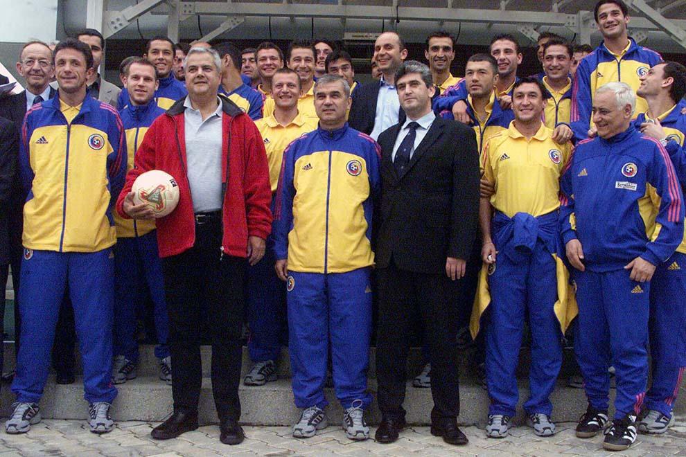 Premierul Adrian Năstase pozează alături de jucătorii echipei naţionale de fotbal a României, care se pregătesc pentru meciurile oficiale din preliminariile Campionatului European din 2004, la baza sportivă Izvorani, vineri, 11 octombrie 2002.