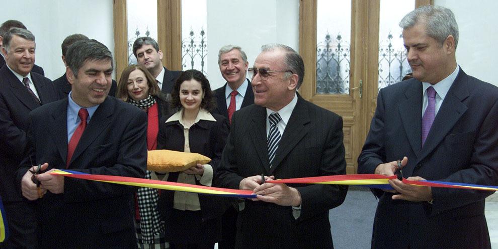 Ioan Amarie, Ion Iliescu şi Adrian Năstase inaugurează noul sediu al Parchetului Naţional Anticorupţie, în Bucureşti, joi, 30 ianuarie 2003.