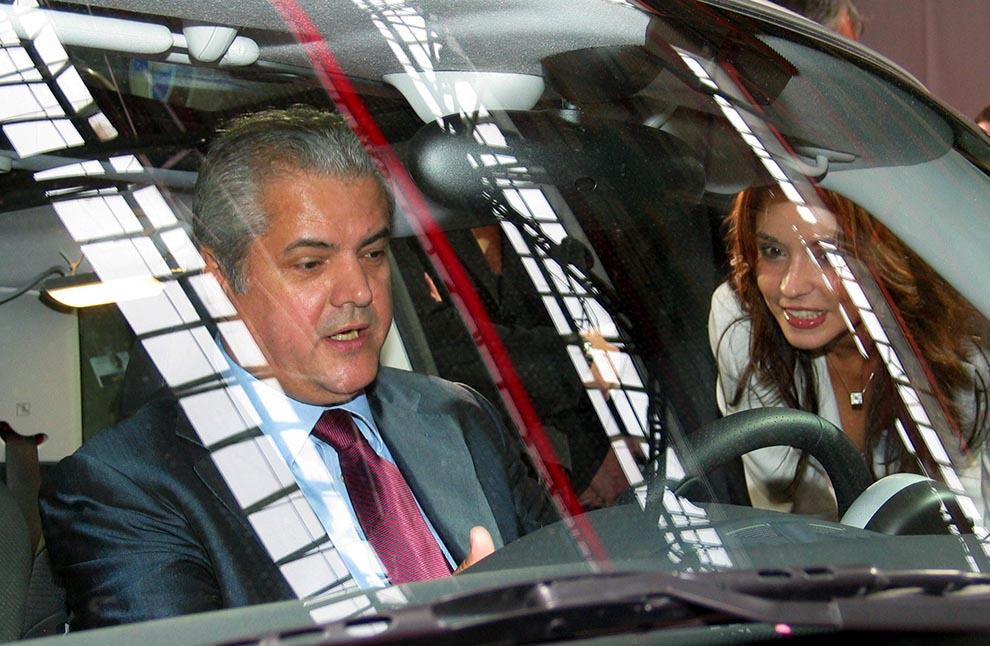 Premierul Adrian Năstase participă la deschiderea Salonului Internaţional de Automobile Bucureşti, joi, 25 septembrie 2003.