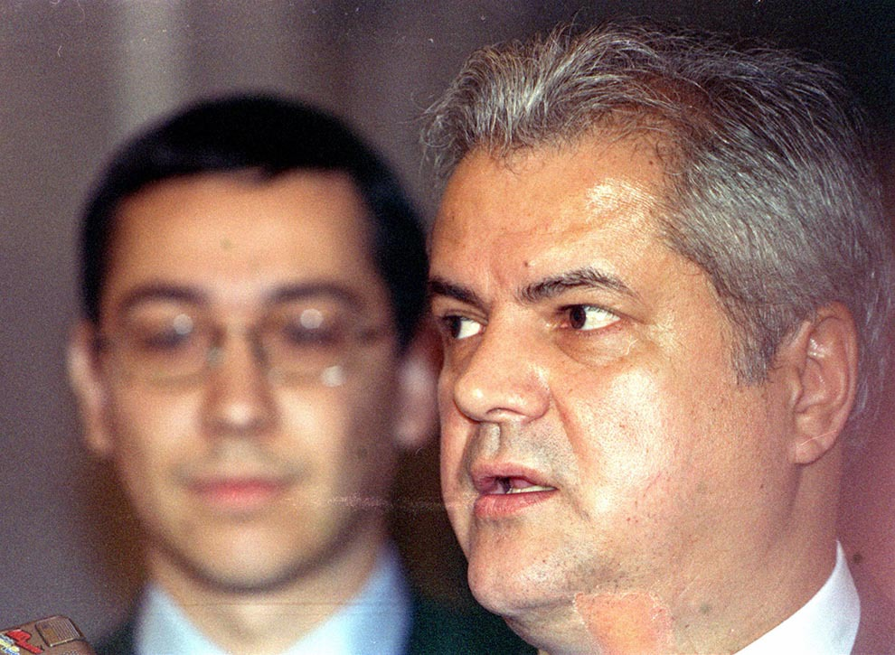 Premierul Adrian Năstase şi Victor Ponta participă la închiderea lucrărilor seminarului internaţional al comunicatorilor OLAF, în Bucureşti, miercuri, 22 octombrie 2003.