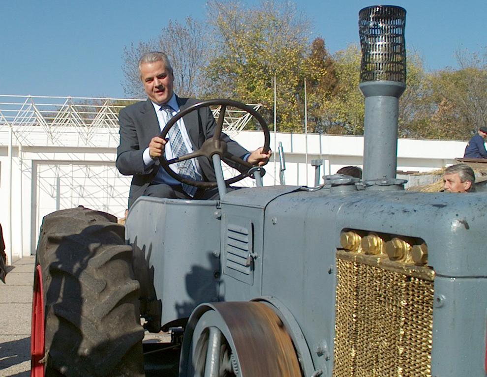 Premierul Adrian Năstase stă la volanul unui tractor, în timpul vizitei  la expoztia de produse şi utilaje agricole - Indagra, în Bucureşti, sâmbătă, 6 noiembrie 2004.