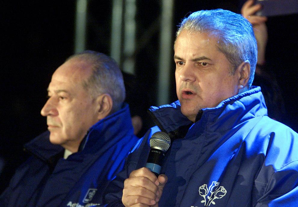 Preşedintele PSD, Adrian Năstase, susţine un discurs, în Bucureşti, duminică,12 decembrie 2004. Acesta a declarat, după estimările exit-polurilor, că se bucură că sondajul CURS îl creditează cu un avantaj de 160.000 de voturi faţă de contracandidatul său Traian Băsescu.