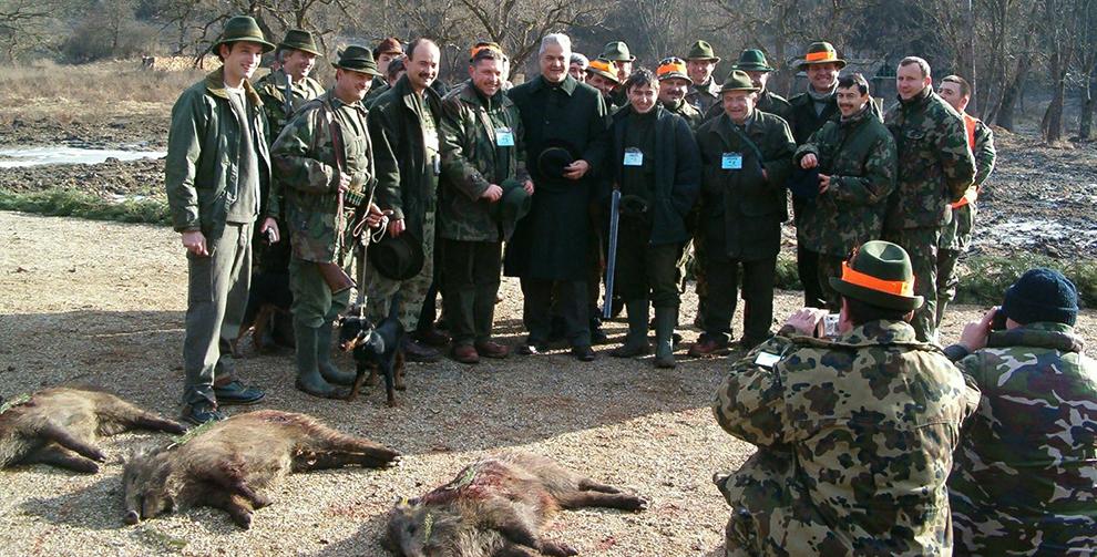 Adrian Năstase (C) pozează cu vânătorii, lângă porcii mistreţi omorâţi în timpul unei partide de vânătoare, organizate de omul de afaceri Ion Ţiriac, pe un domeniu situat lângă localitatea Bâlc, din judeţul Bihor, luni, 24 ianuarie 2005.