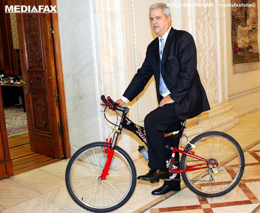 Preşedintele executiv al PSD, Adrian Năstase, se plimbă pe un hol din Palatul Parlamentului cu bicicleta primită în dar din partea vicepreşedintelui Organizaţiei Municipale PSD Bucureşti, Sorin Oprescu, cu ocazia împlinirii vârstei de 55 de ani, în Bucureşti, miercuri, 22 iunie 2005.