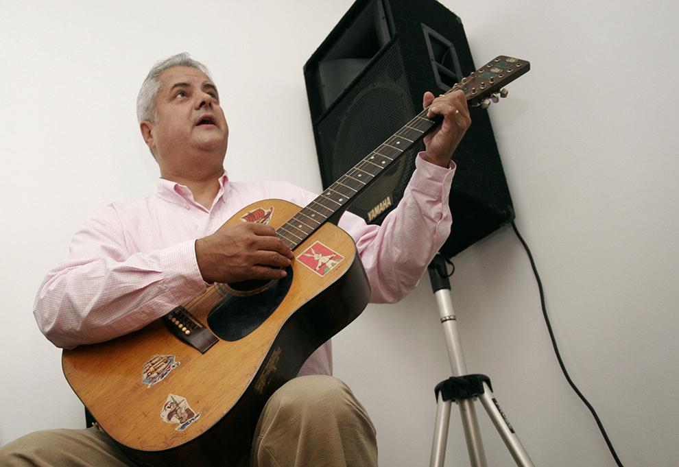 Preşedintele executiv al PSD Adrian Năstase cântă la chitară, în clubul sediului PSD Bucureşti, pe care l-a dotat cu două astfel de instrumente, mărturisind că în tinereţe a cântat la chitară bas, vineri, 2 septembrie 2005.