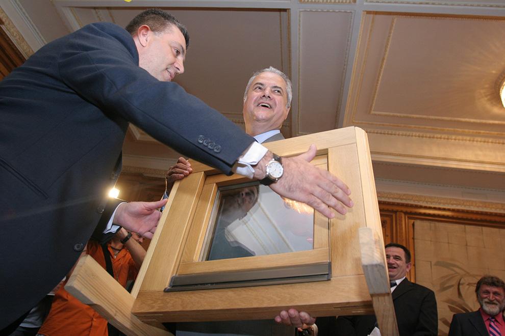 Deputatul Valeriu Zgonea îi oferă fostului preşedinte PSD, Adrian Năstase, un geam termopan, cu ocazia aniversării zilei sale de naştere, în Bucureşti, joi, 22 iunie 2006.