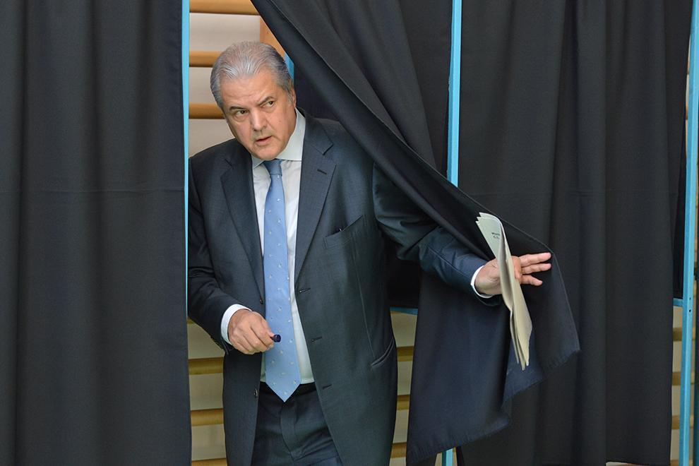 Fostul premier PSD, Adrian Năstase, părăseşte cabina de vot de la Liceul Jean Monnet din Capitală, duminică, 10 mai 2012.
