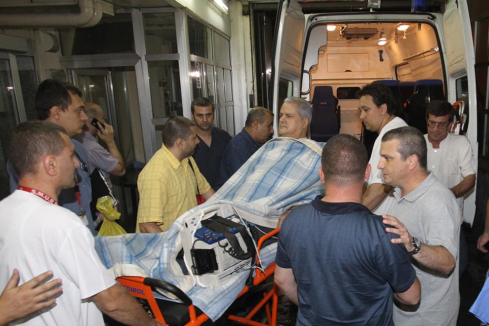"""Fostul premier Adrian Năstase, condamnat la doi ani de închisoare cu executare, este externat de la Spitalul Floreasca din Capitală, marţi, 26 iunie 2012. Adrian Năstase a încercat să se sinucidă, miercuri, 20 iunie, împuşcându-se cu un pistol în gât, după ce fusese condamnat definitiv la doi ani de detenţie în dosarul """"Trofeul calităţii""""."""