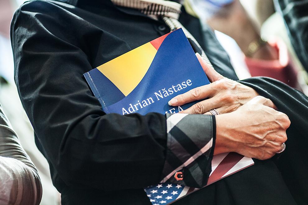 """O femeie ţine în mâini cartea """"Lumea, americanii şi noi"""", a fostului premier Adrian Năstase, în timpul lansării, la salonul de carte Bookfest, în Bucureşti, duminică, 2 iunie 2013."""