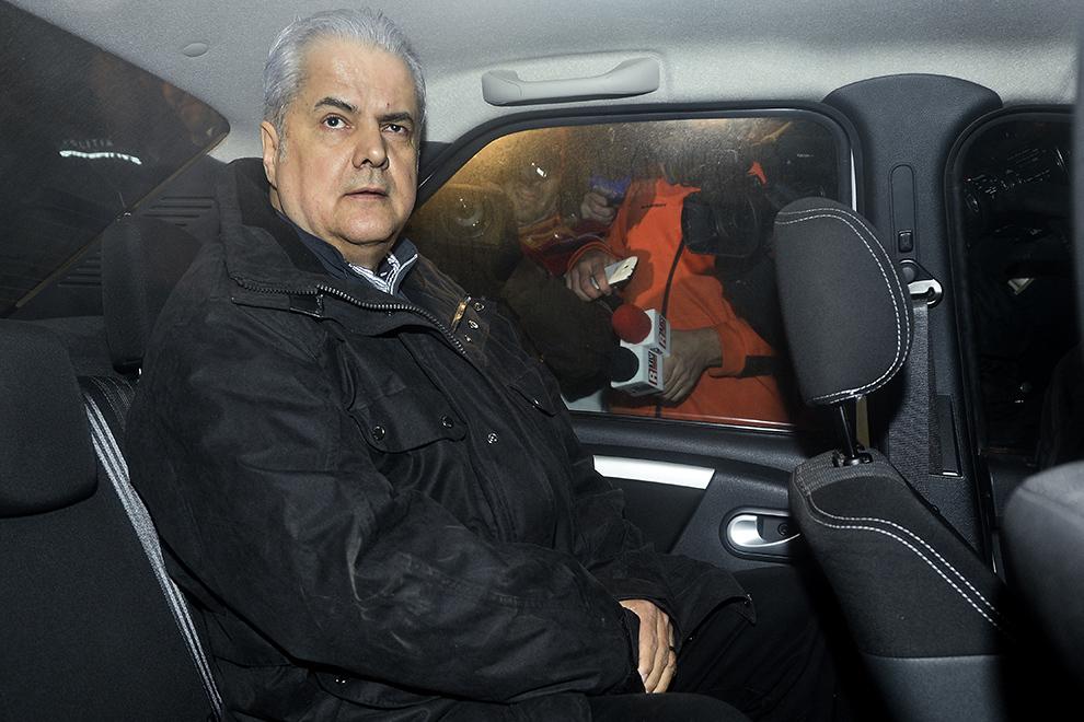 Adrian Năstase este însoţit către penitenciarul Rahova, după ce s-a predat poliţiştilor de la Secţia 2 din Bucureşti, luni, 6 Ianuarie 2014. Completul de cinci judecători al instanţei supreme l-a condamnat pe Adrian Năstase la patru ani de închisoare pentru luare de mită în formă continuată şi la trei ani de închisoare pentru şantaj. Instanţă a dispus contopirea pedepselor, urmând ca Adrian Năstase să o execute pe cea mai grea, de patru ani de închisoare.