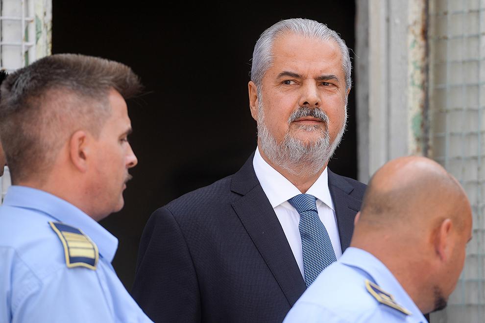 Adrian Năstase iese din sediul Tribunalului Ilfov, care ia  în discuţie propunerea de eliberare condiţionată a fostului premier, joi, 21 august 2014.