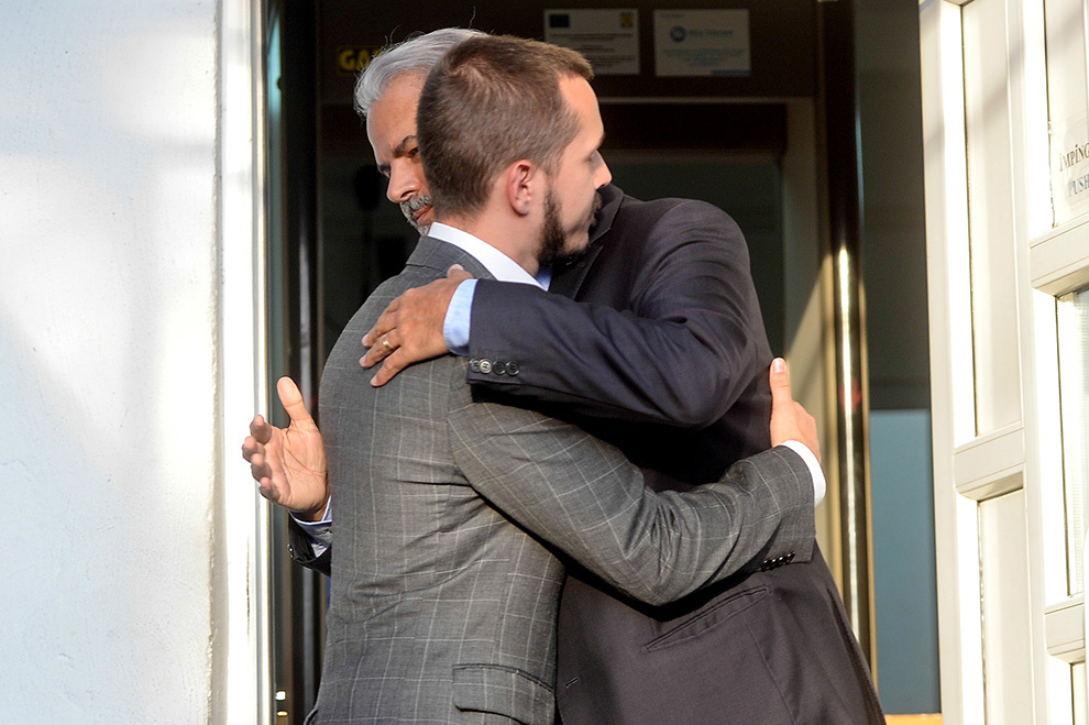 Andrei Năstase, fiul lui Adrian Năstase, îl îmbrăţişează pe tatăl său la ieşirea din Penitenciarul Jilava, după ce Tribunalul Ilfov a decis, definitiv, ca fostul premier să fie eliberat condiţionat, pentru că a executat o treime din pedeapsa de patru ani şi şase luni de închisoare, joi, 21 august 2014.