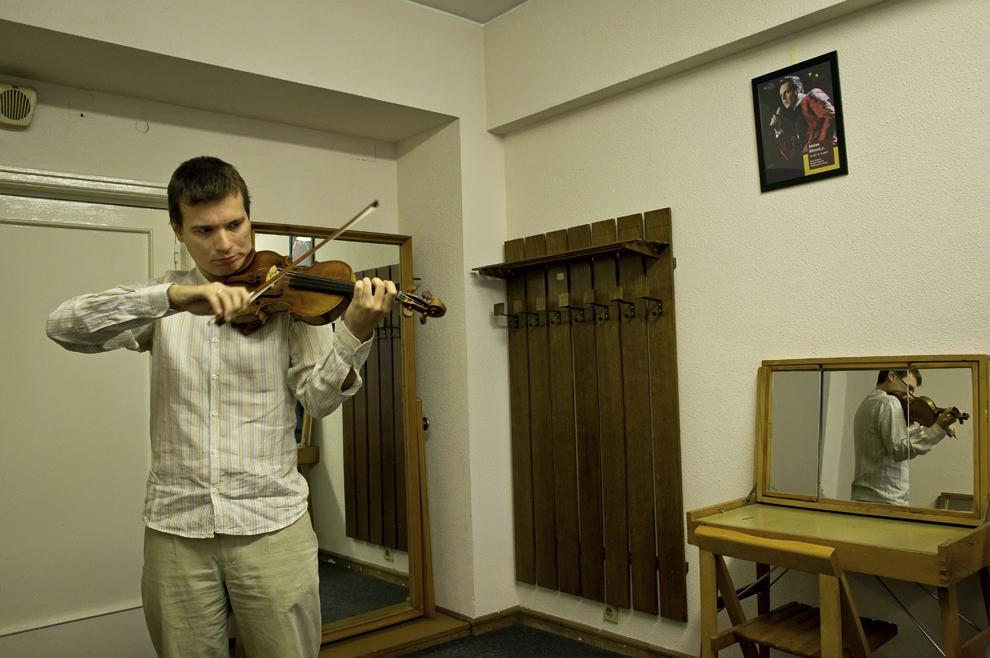 Alexandru Tomescu, cu al sau Stradivarius, repetă înainte de a intra pe scena Sălii Palatului pentru un program Ceaikosvki şi Rachmaninov, 24 septembrie 2012, Bucureşti.