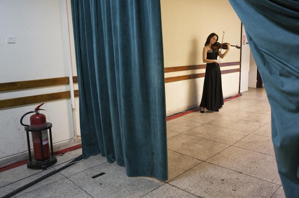 O violonistă a Orchestrei Naţionale Radio repetă în timpul festivalului RadiRo, 27 septembrie 2012, Bucureşti.