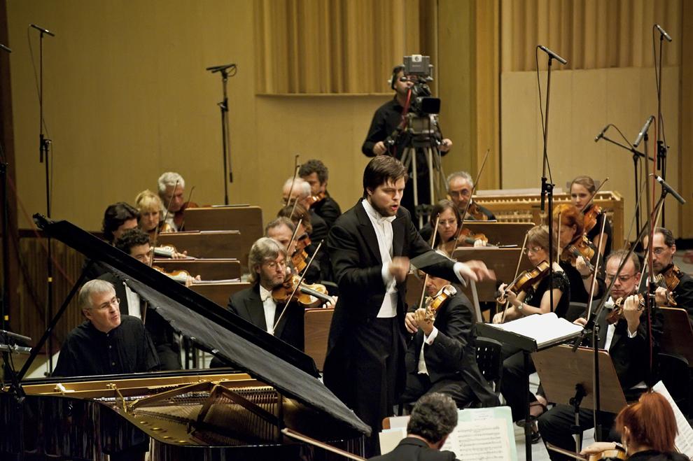 Dirijorul Juraj Valcuha, împreuna cu Orchestra Nazionale Sinfonica della Rai, în timpul concertului scris de J. Brahms, 25 septembrie 2012, Festivalul RadiRo, Bucureşti.