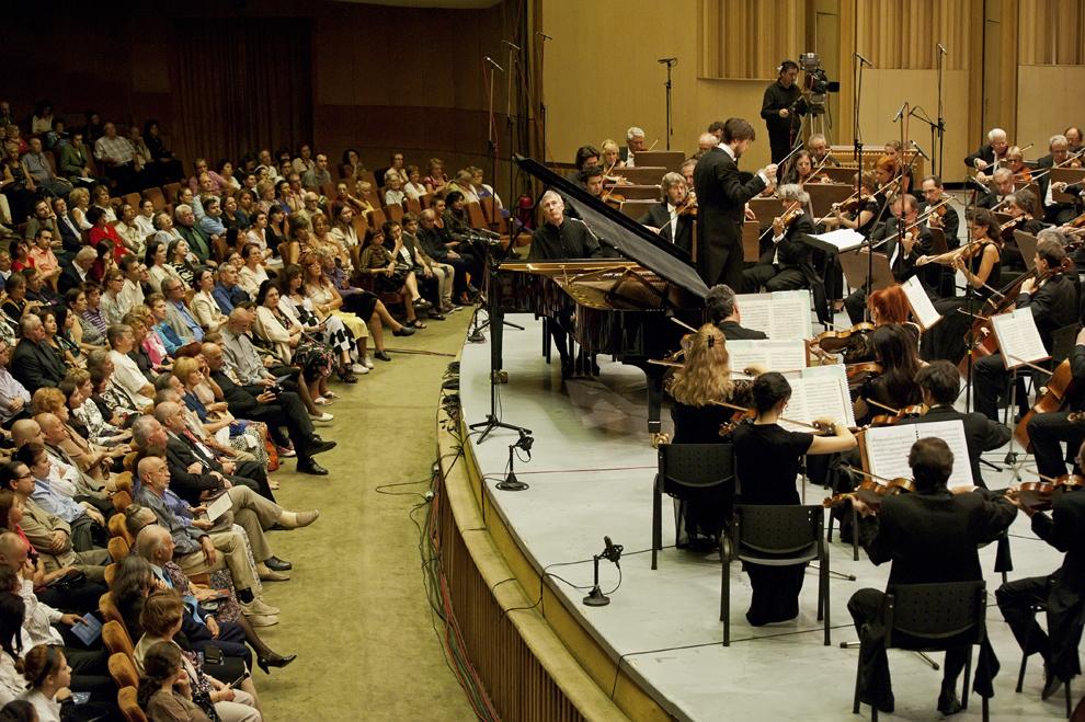 Pianistul Christian Zacharias, directorul artistic al festivalului RadiRo, în timpul Concertului nr. 2 pentru pian şi orchestra al lui J. Brahms, 25 septembrie 2012, Festivalul RadiRo, Bucureşti.