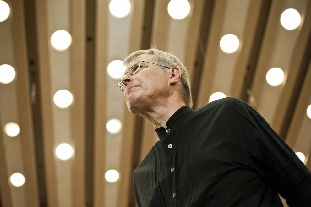Cunoscutul pianist Christian Zacharias, directorul artistic al festivalului RadiRo, supraveghează ultimele pregătiri pentru seara de concert, 25 septembrie 2012, Festivalul RadiRo, Bucureşti.