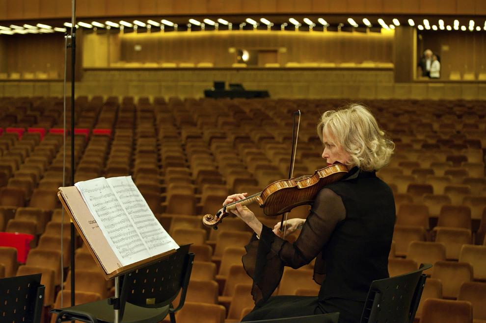 Una dintre cele mai în vârstă violoniste ale Orchestrei Philharmonique de Radio France face cunoştinţă pentru prima dată cu acustica Sălii Palatului, 26 septembrie 2012, Festivalul RadiRo, Bucureşti.