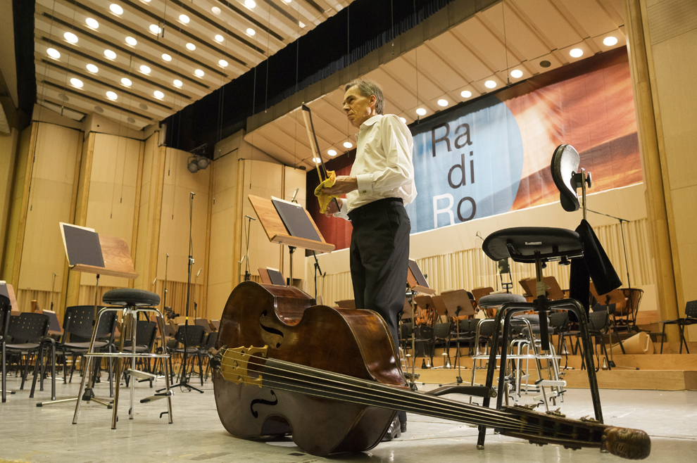 Un membru al BBC Symphony Orchestra îşi şterge arcuşul contrabasului, înainte de concertul de închidere al festivalului RadiRo, 29 septembrie 2012, Bucureşti.