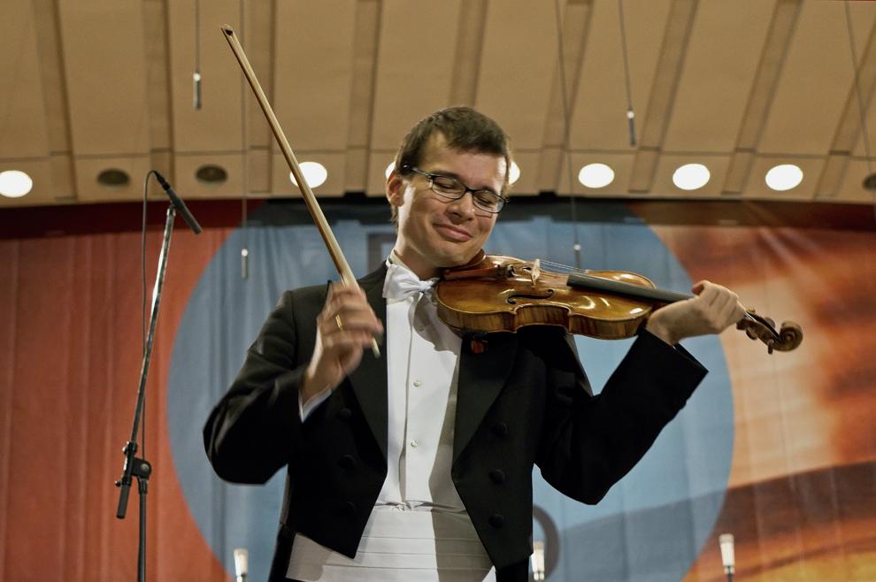 Alexandru Tomescu, şi a sa Stradivarius, într-un moment de relaxare din timpul concertului pentru vioară şi orchestră în Re major al lui P.I. Ceaikovski, Festivalul RadiRo, 29 septembrie 2012, Bucureşti.