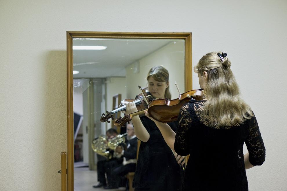 O violonistă a BBC Symphony Orchestra repetă în faţa oglinzii, în timpul festivalului RadiRo, 24 septembrie 2012, Bucureşti.