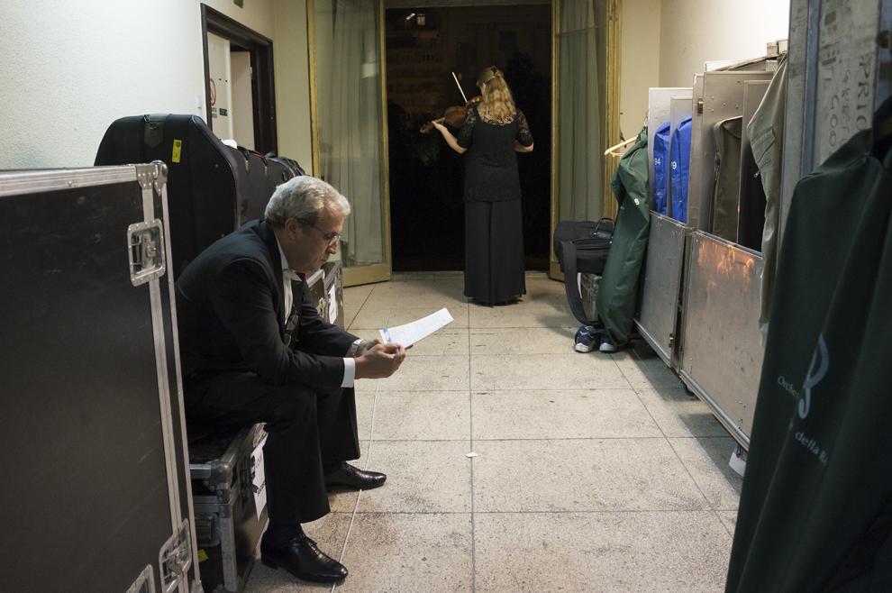 Membrii ai BBC Symphony Orchestra se pregătesc de concertul din seara zilei de 24 septembrie 2012 a Festivalului RadiRo, Bucureşti.