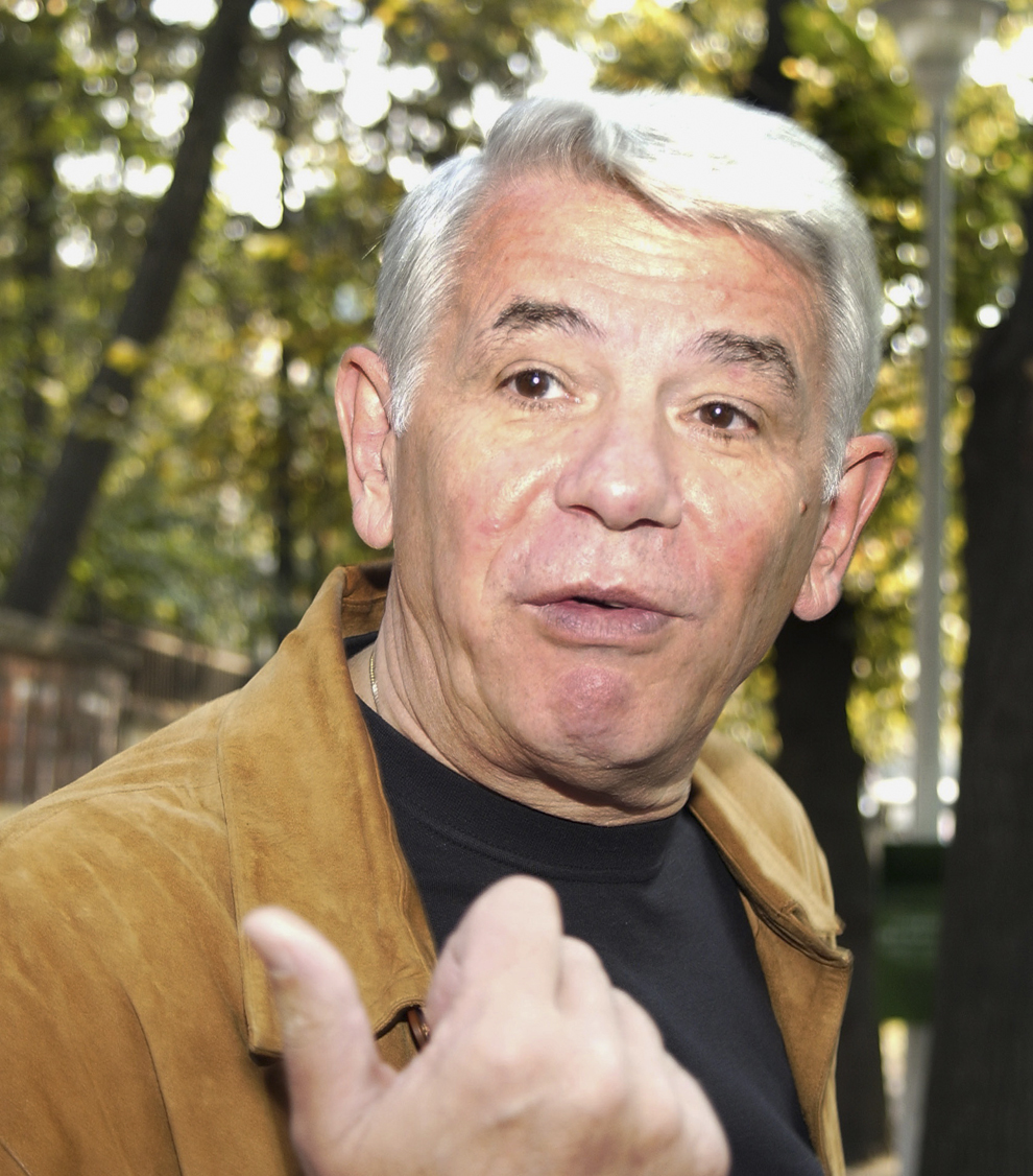 Teodor Meleşcanu soseşte la şedinţa extraordinară a membrilor Biroului executiv al PNL, în cadrul căreia conducerea PNL îşi exprimă sprijinul politic pentru delegarea vicepreşedintelui Călin Popescu Tăriceanu ca preşedinte interimar al partidului, după retragerea din viaţa politică a lui Theodor Stolojan, duminică, 3 octombrie 2004.
