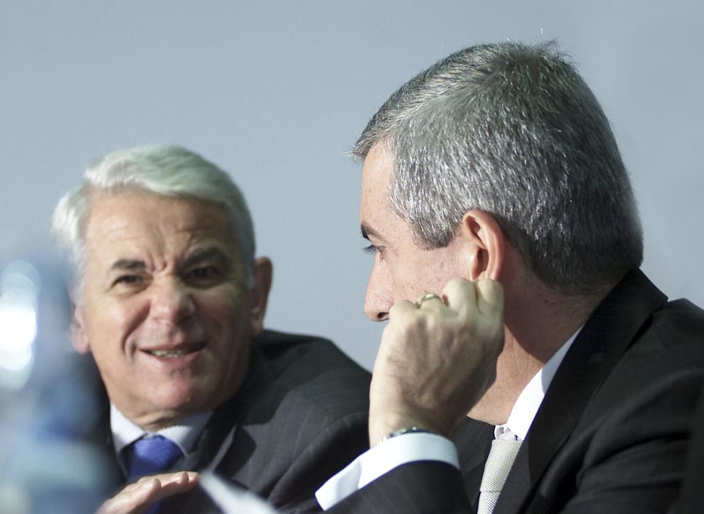 Teodor Meleşcanu şi Călin Popescu Tăriceanu participă la şedinţa în care este votată propunerea privind candidatura lui Traian Băsescu la Preşedinţie, din partea Alianţei Dreptate şi Adevar, în Bucureşti, miercuri, 6 octombrie 2004.