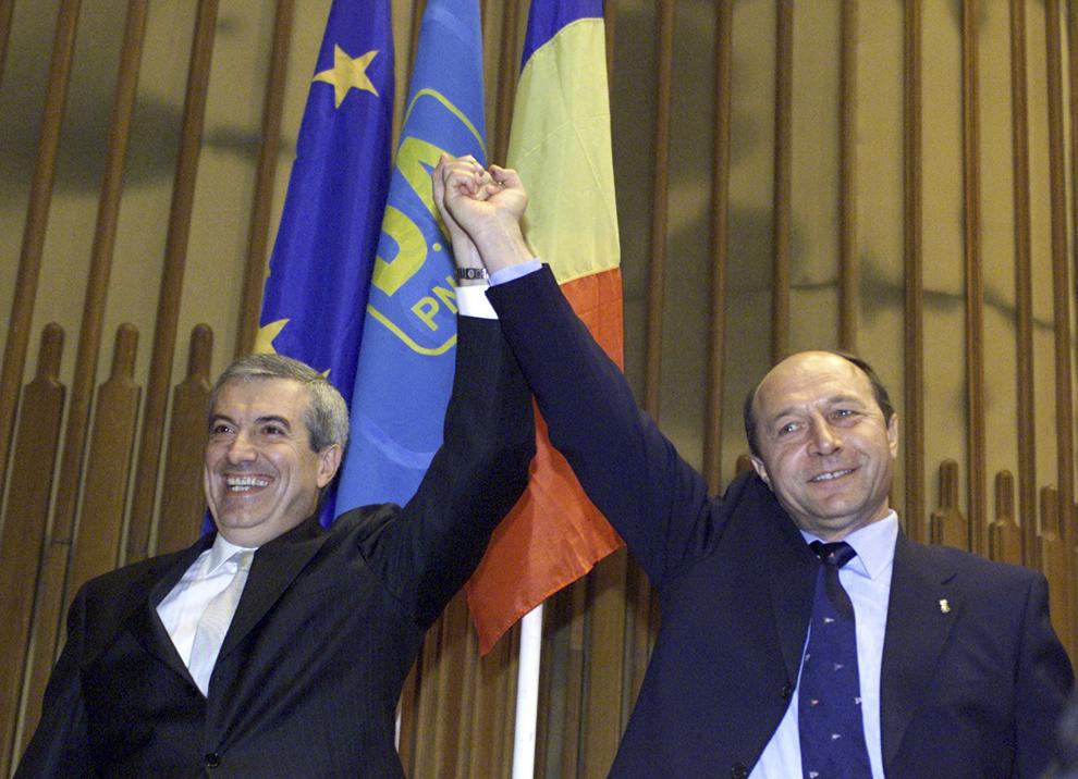 Traian Băsescu îşi anunţă candidatura la Preşedinţia României, alături de Călin Popescu Tăriceanu, în Bucureşti, 6 octombrie 2004.