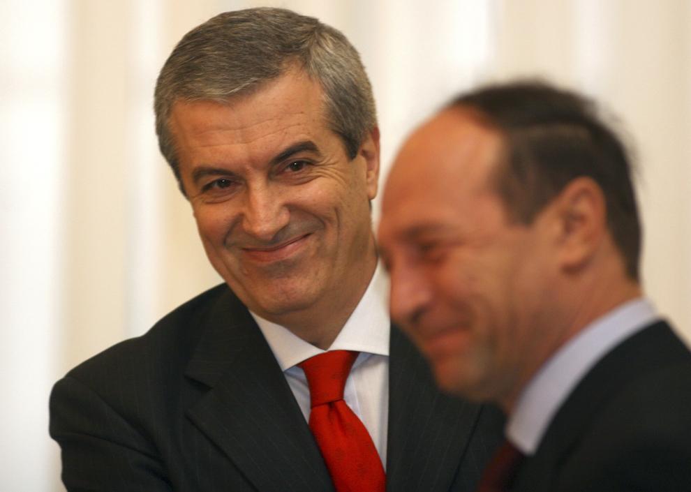 Premierul Călin Popescu Tăriceanu (S) participă la ceremonia de învestitură a noilor miniştri, în prezenţa preşedintelui Traian Băsescu (D), la Palatul Cotroceni, în Bucureşti, miercuri, 29 decembrie 2004.