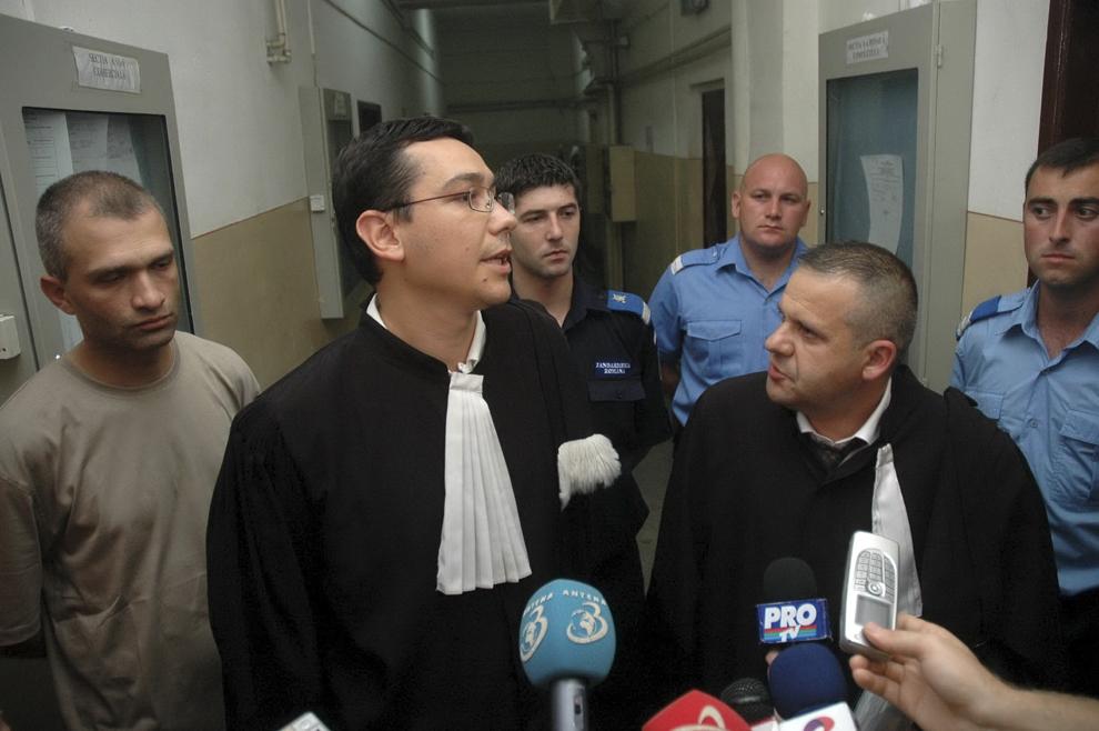 Avocatul lui Ovidiu Tender, Victor Ponta (CS), face o declaraţie de presă, în Bucureşti, duminică, 30 iulie 2006. Curtea de Apel a prelungit mandatul de arestare al omului de afaceri, hotărârea instanţei fiind dată la câteva ore după ce Tribunalul Bucureşti decisese că Ovidiu Tender poate fi judecat în stare de libertate.