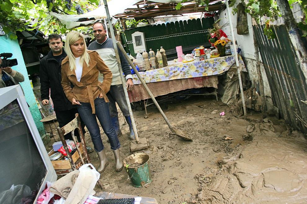 Secretarul executiv al Partidului Democrat, Elena Udrea, vizitează o gospodărie afectată de inundaţii, în Tecuci, sâmbătă, 8 septembrie 2007.