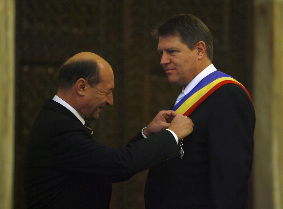 Preşedintele Traian Băsescu (S) îl decorează pe primarul oraşului Sibiu, Klaus Iohannis (D), în cadrul ceremoniei de decorare a unor oficiali ai municipiului Sibiu, la Palatul Cotroceni, în Bucureşti, vineri, 28 decembrie 2007.