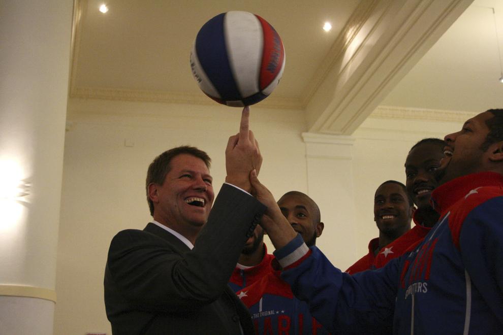 Primarul Sibiului, Klaus Iohannis (S), pozează alături de componenţii echipei Harlem, la Sibiu, 18 martie 2008.